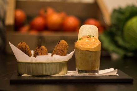 """Patatas bravas y croquetas de """"carn d'olla"""" - PAN&OLI - #dondesibcn"""