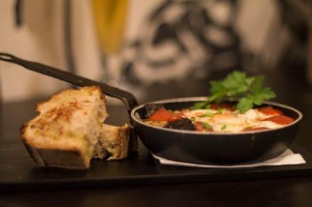 Huevos con butifarra negra y pan con tomate deshidratado con harina de sésamo tostado - PAN&OLI - #dondesibcn